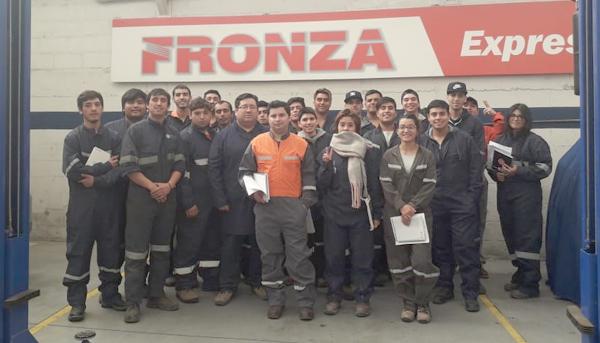 Alumnos de mecánica realizan primera salida a terreno a taller de concesionario FRONZA