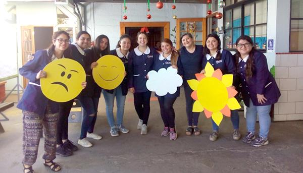 Estudiantes carrera TNS en Educación Parvularia realizan clase práctica de inglés en el Colegio San Gabriel de la Ribera